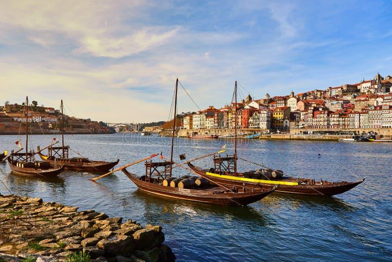 Barcos de madeira portugueses t?picos, chamados ?rabelos dos barcos ?que transportam tambores de vinho no rio Douro com vista na  fotografia de stock royalty free