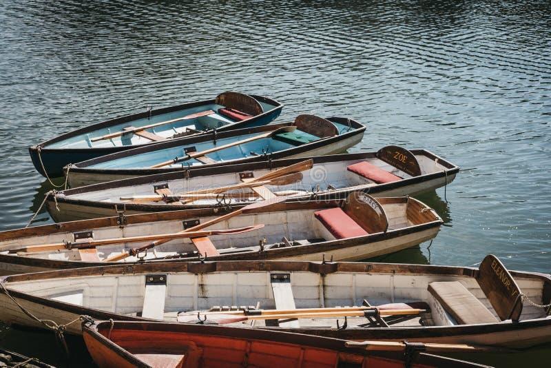 Barcos de madeira de Richmond Bridge Boat Hire amarrados no rio Tamisa, Londres, Reino Unido imagens de stock royalty free