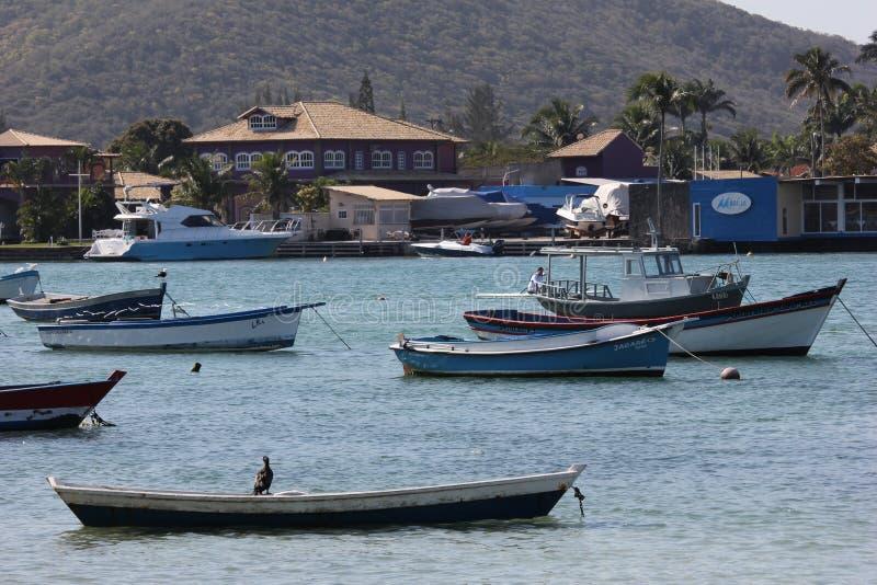 Barcos de madera anclados en canal de la conexión con el mar fotografía de archivo libre de regalías