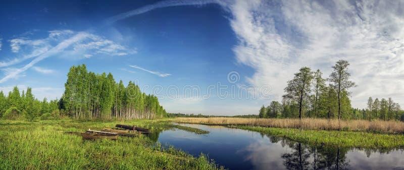 Barcos de madera en el pequeño río del bosque fotografía de archivo