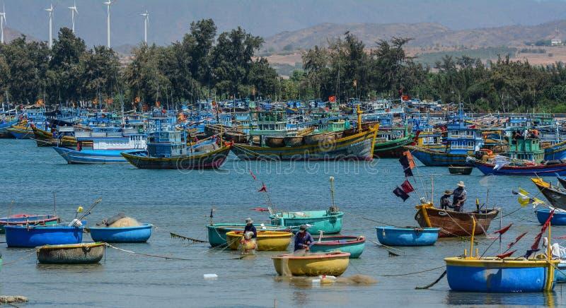 Barcos de madera en la pesca del embarcadero imagen de archivo