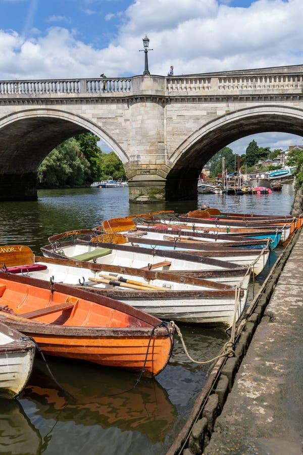 Barcos de madera para el alquiler amarrados en el río Támesis imagenes de archivo