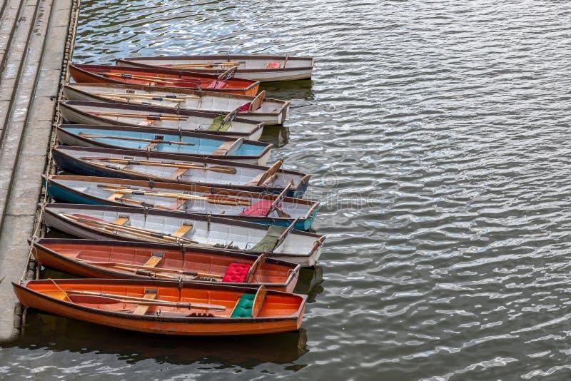 Barcos de madera para el alquiler amarrados en el río Támesis imagen de archivo