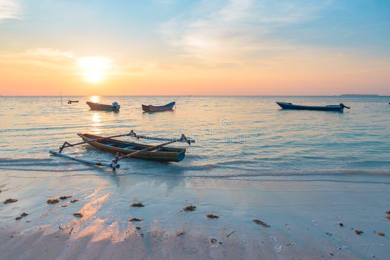 Barcos de madera tropicales del mar del Caribe de la playa de la puesta del sol en Pasir Panjang Archipiélago de Indonesia moluqu fotos de archivo