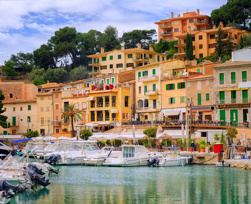 Barcos de motor e casas tradicionais em Puerto Soller, Mallorca, S imagem de stock