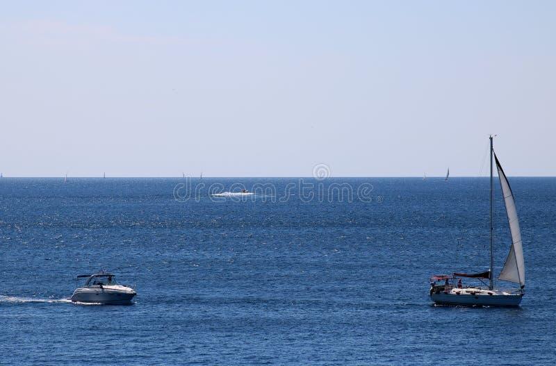 Barcos de motor e iate, mar de adriático, Croácia imagens de stock royalty free
