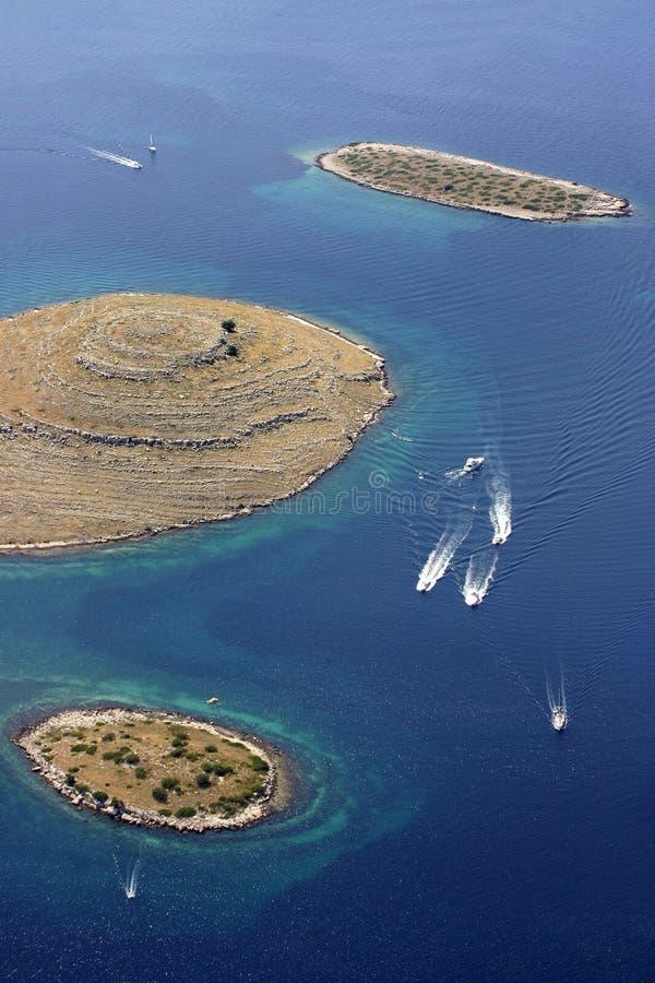 Barcos de motor en el archipiélago de Kornati foto de archivo libre de regalías