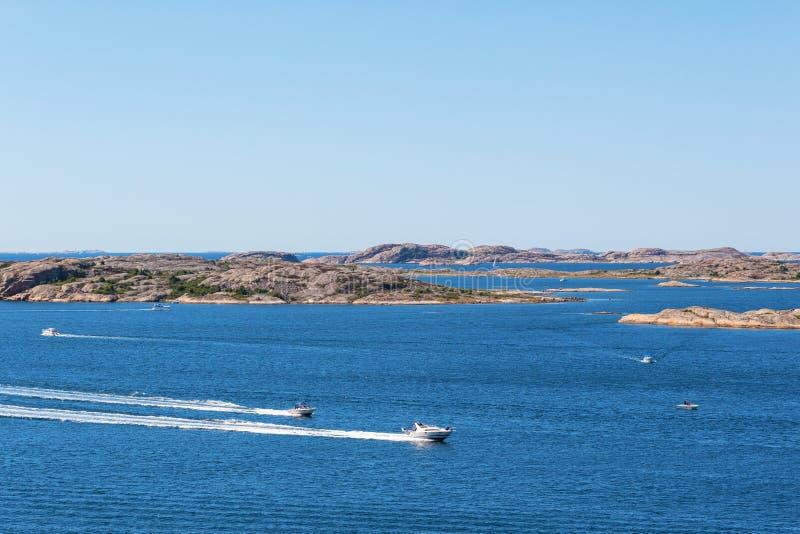 Barcos de motor en el mar foto de archivo
