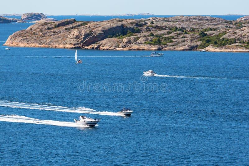 Barcos de motor en el mar fotos de archivo