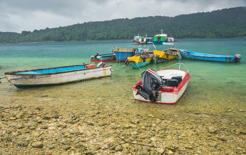 Barcos de motor en la costa de mar foto de archivo