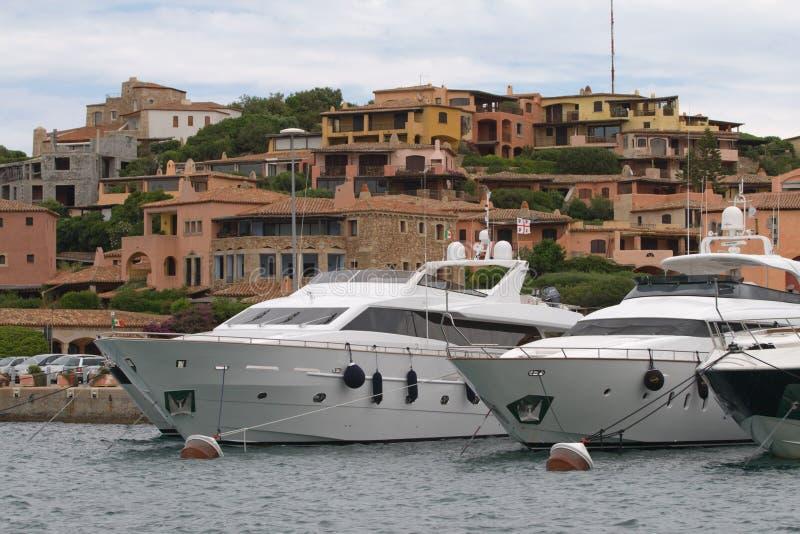 Barcos de motor en Oporto Cervo, Cerdeña, Italia imágenes de archivo libres de regalías