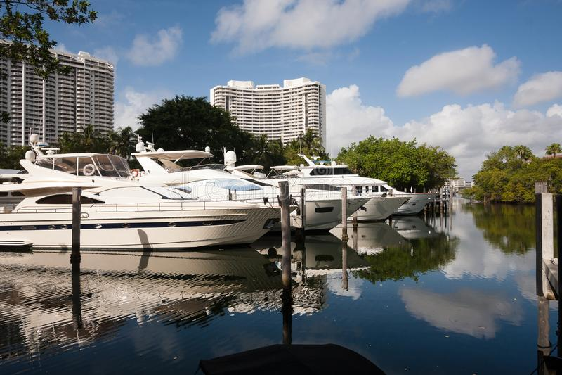 Barcos de motor luxuosos amarrados em Miami foto de stock