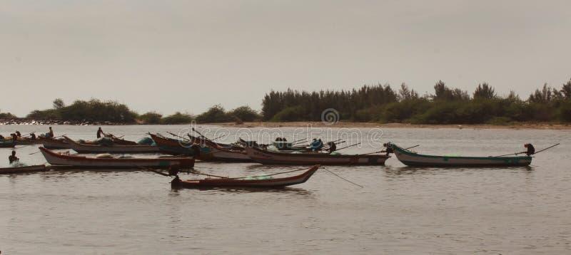 Barcos de motor de madeira do pescador no rio imagens de stock