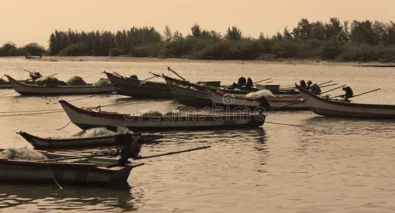 Barcos de motor de madeira do pescador no rio fotografia de stock royalty free