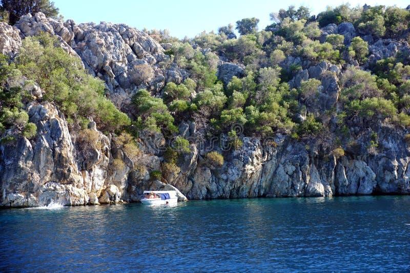 Barcos de navegación anclados en bahía imagen de archivo libre de regalías