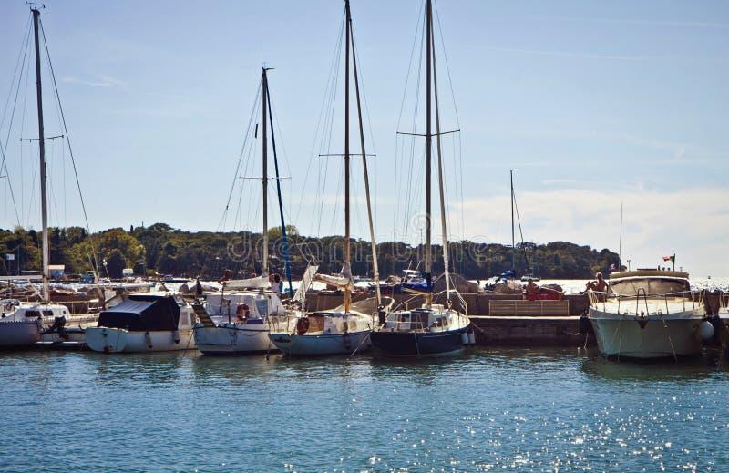 Barcos de navegación en puerto seguro fotografía de archivo libre de regalías