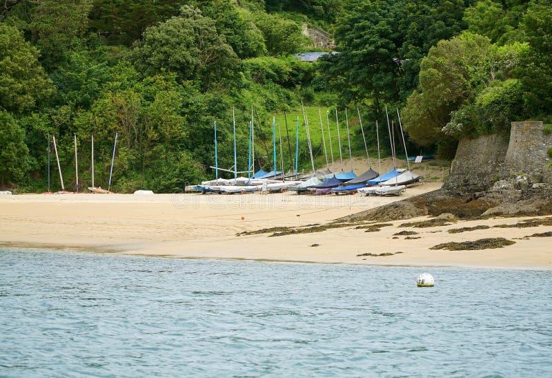 Barcos de navegación en Salcombe, playa de Devon imagenes de archivo