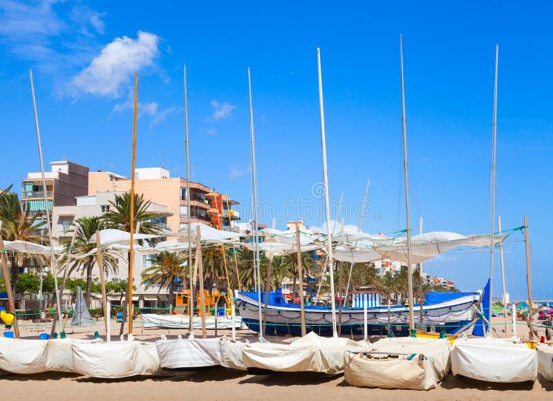 Barcos de navegación puestos en la playa arenosa imagenes de archivo