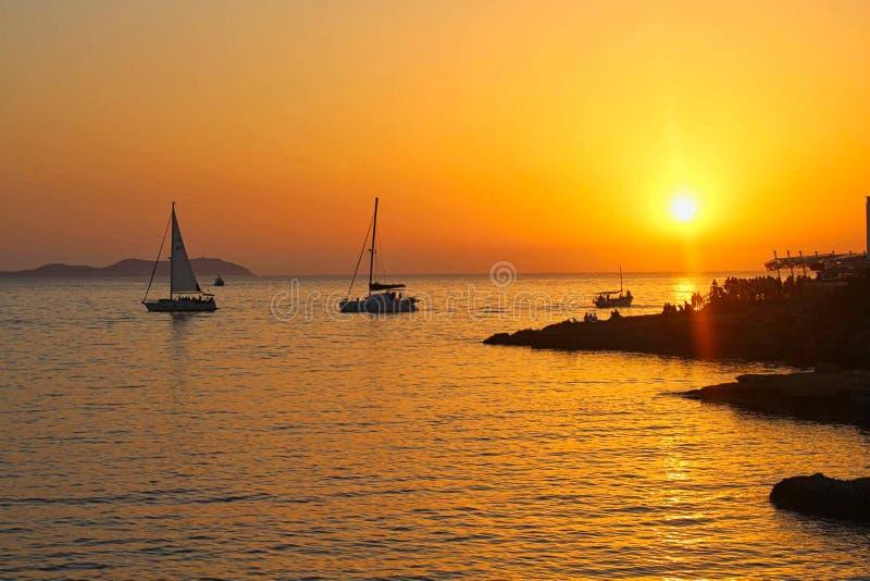 Barcos de navegaci?n en la puesta del sol en el mar imágenes de archivo libres de regalías