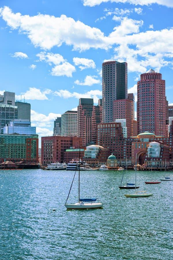 Barcos de navigação com a skyline Boston miliampère América imagem de stock royalty free