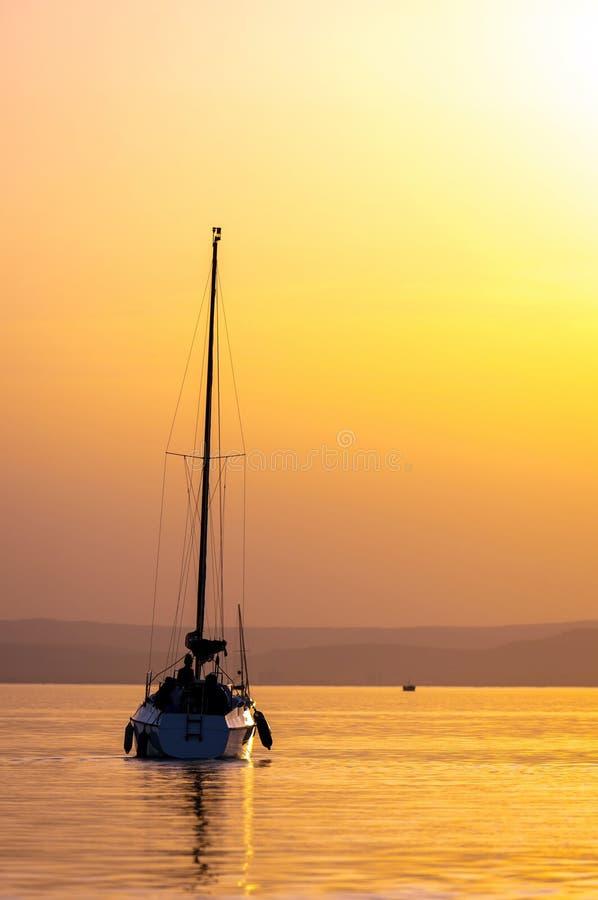 Barcos de navigação com um por do sol bonito imagem de stock