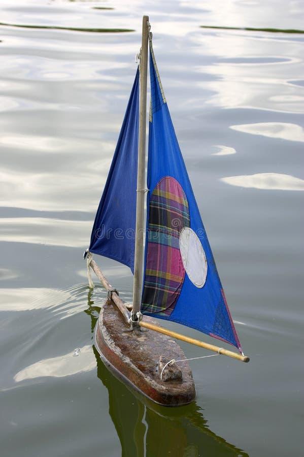 Barcos de navigação de madeira em tuileries Paris france do DES do jardin imagem de stock