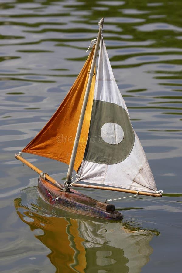 Barcos de navigação de madeira em tuileries Paris france do DES do jardin fotografia de stock