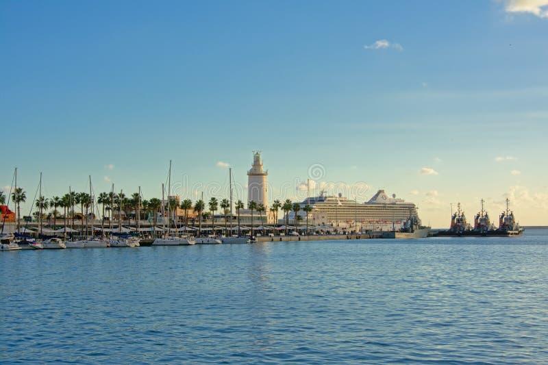 Barcos de navigação e lighttower no porto de Malaga, Espanha imagem de stock royalty free
