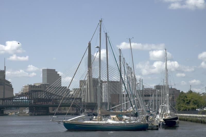 Barcos de navigação e ponte de Zakim imagem de stock