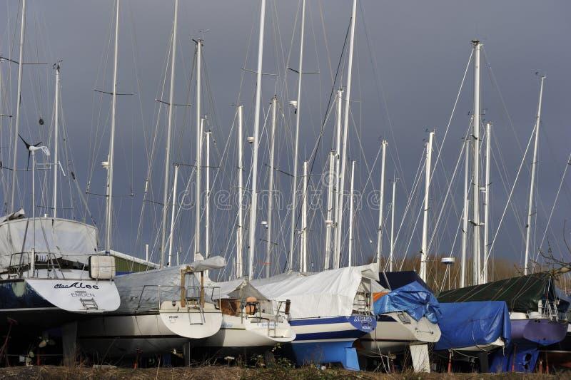 Barcos de navigação em um armazenamento do inverno fotos de stock royalty free