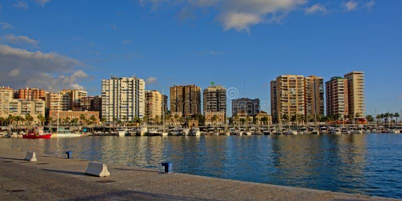 Barcos de navigação na frente dos prédios de apartamentos grandes no harbort de Malaga, Espanha fotos de stock royalty free