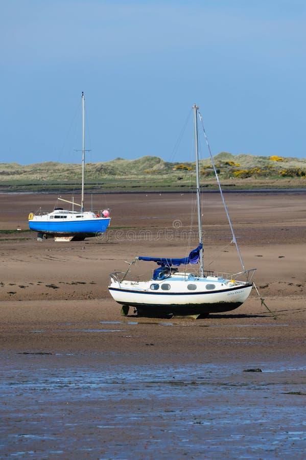 Barcos de navigação no estuário de Ravenglass fotografia de stock