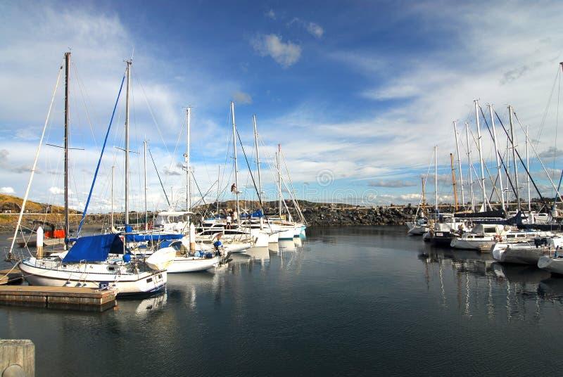 Barcos de navigação no porto fotos de stock