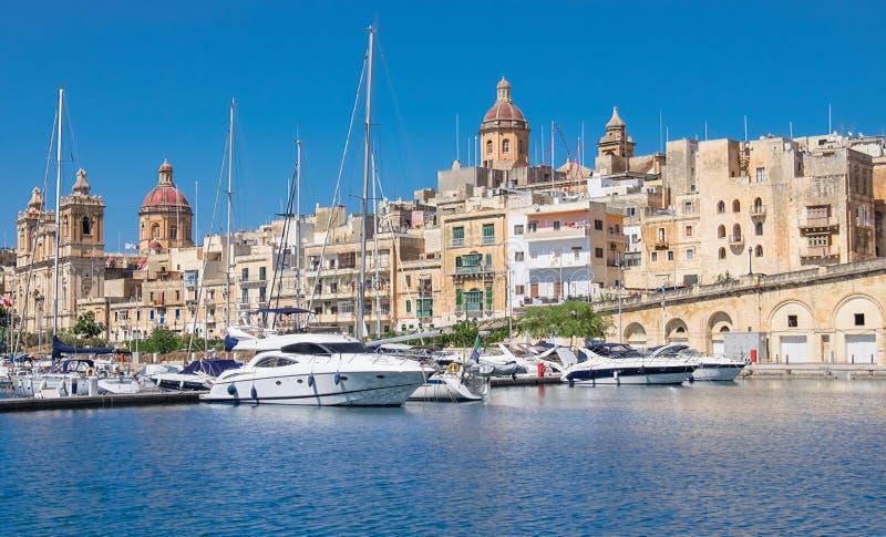 Barcos de navigação no porto de Senglea na baía grande, valletta, Malta imagem de stock