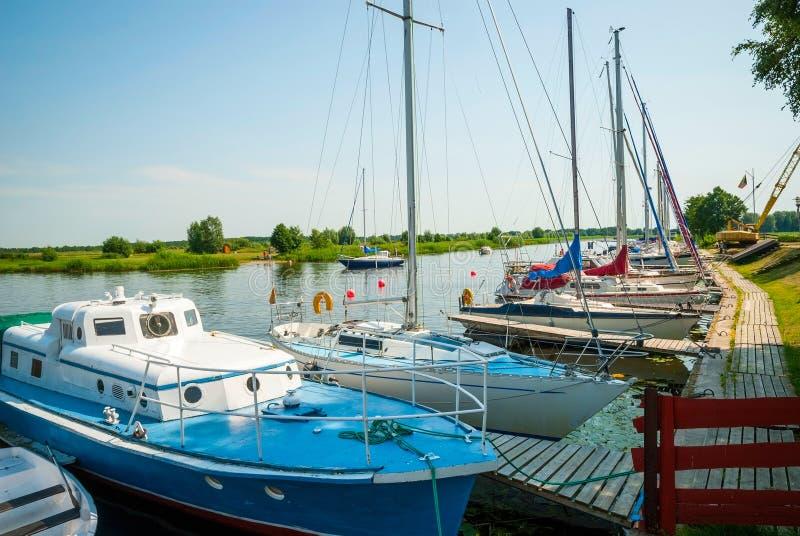 Barcos de navigação no rio em Silute, Lituânia imagem de stock