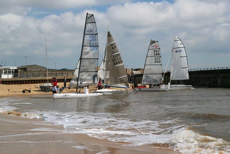 Barcos de navigação que preparam-se para competir. fotografia de stock