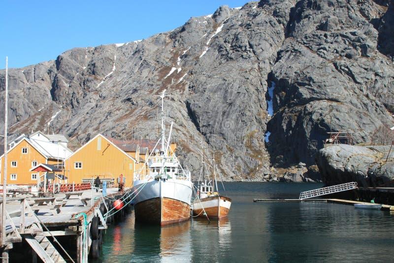 Barcos de Nusfjord em Lofoten fotografia de stock royalty free