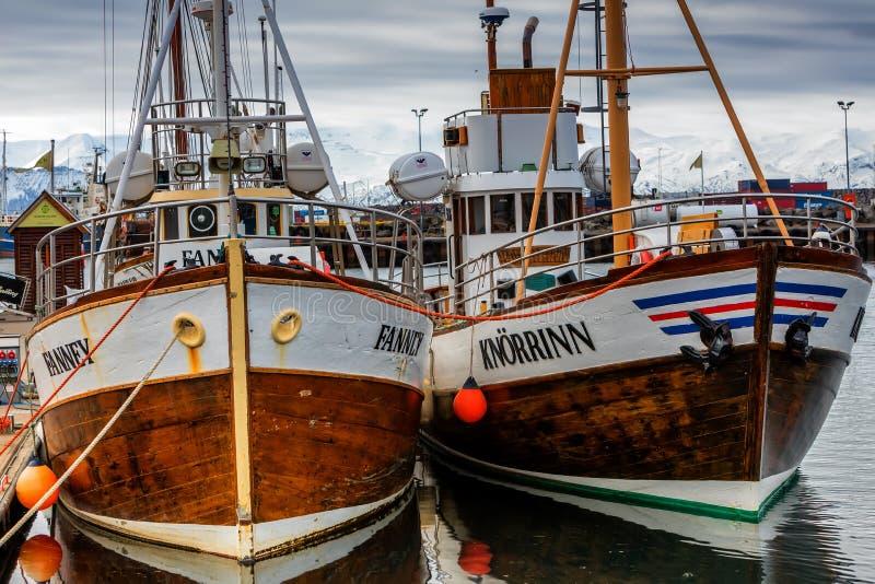 Barcos de observação da baleia tradicional que encontram-se no porto de Husavik imagem de stock royalty free
