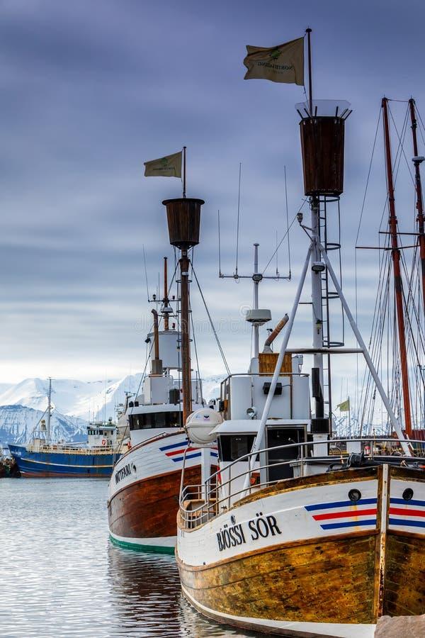 Barcos de observação da baleia tradicional que encontram-se no porto de Husavik foto de stock