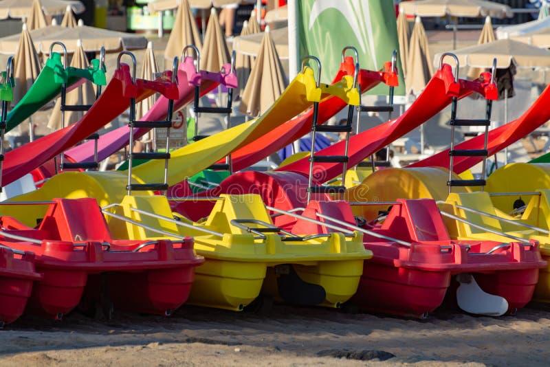 Barcos de pá ou pedalo para o aluguel no Sandy Beach, férias do mar imagens de stock