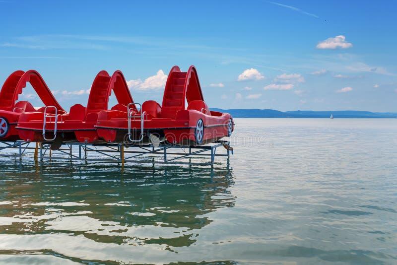 Barcos de pá vermelhos no lago Balaton em Hungria imagem de stock royalty free