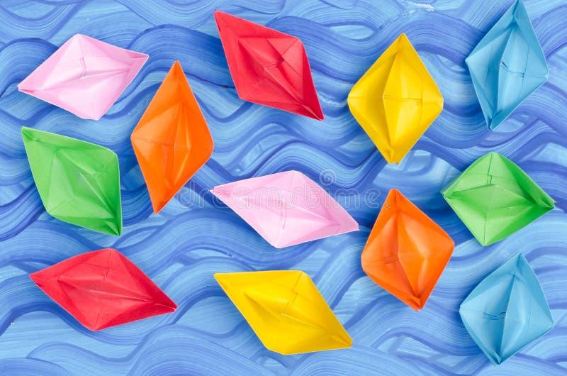 Barcos de papel multicolores de la papiroflexia fotos de archivo