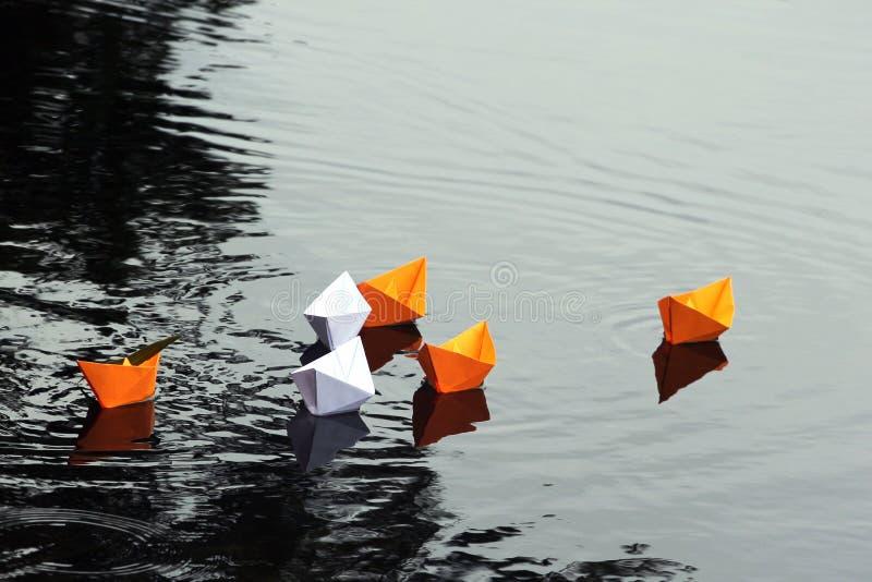 Barcos de papel na água imóvel imagens de stock