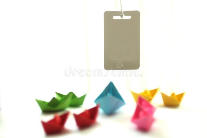 Barcos de papel Naves de papel coloridas de la papiroflexia con la nota de la etiqueta o el diseño en blanco del texto imagenes de archivo