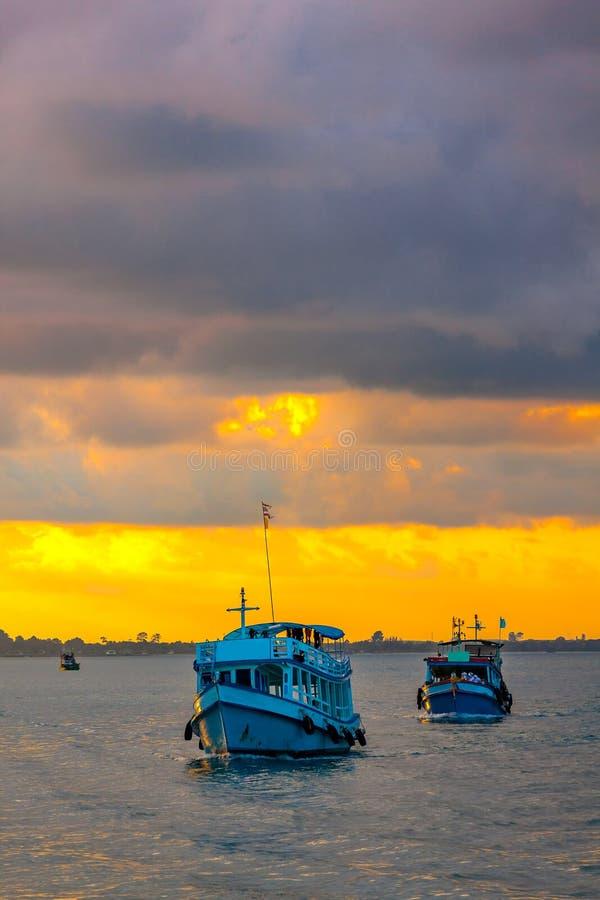 Barcos de pasajero en el mar en Kao Samed o Koh Samed en incluso imagen de archivo libre de regalías