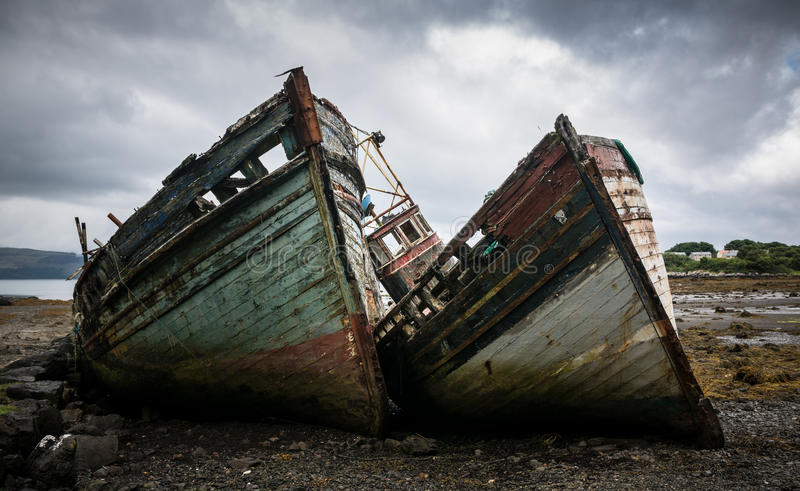 Barcos de pesca abandonados Mull, Escócia foto de stock royalty free