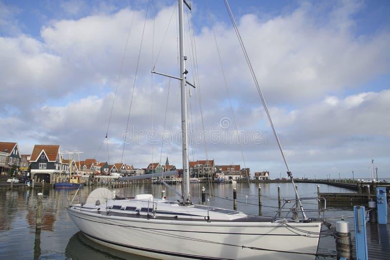 Barcos de pesca amarrados en el puerto deportivo y la costa imagenes de archivo
