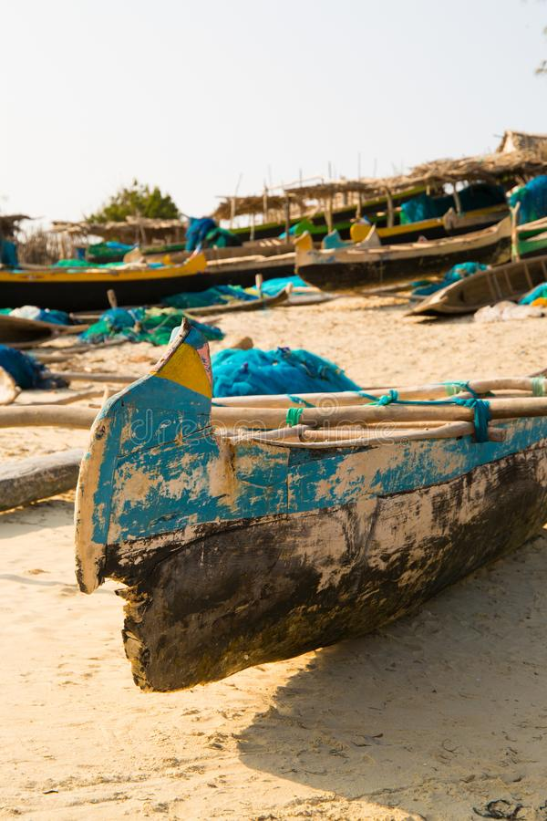 Barcos de pesca amarrados en la playa fotografía de archivo