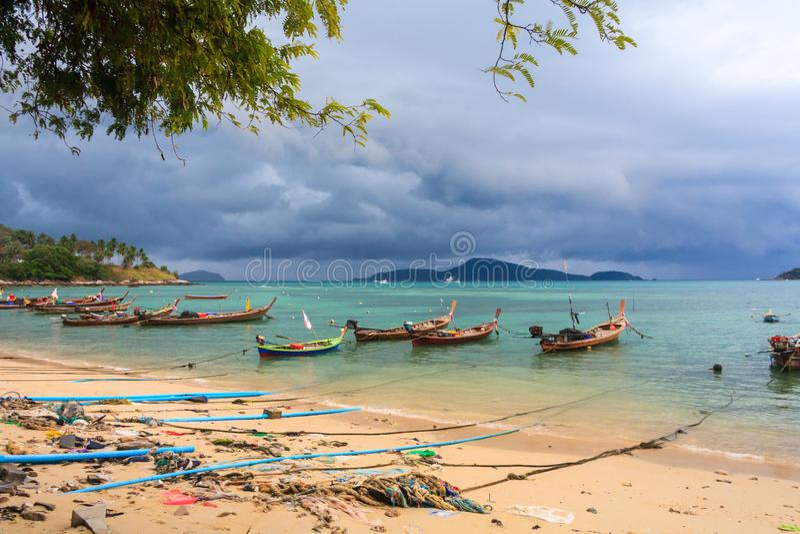 Barcos de pesca amarrados en una bah?a fotografía de archivo