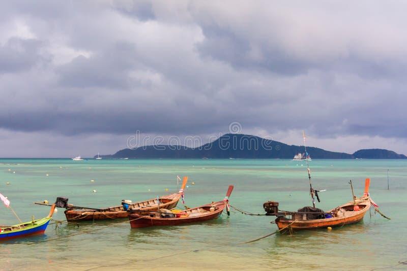 Barcos de pesca amarrados en una bah?a imagenes de archivo